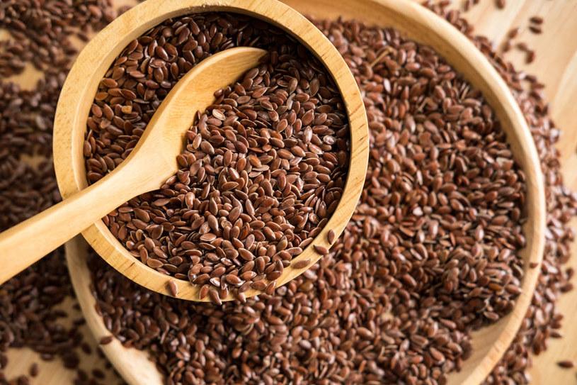 Siemię lniane jest bogate w wiele cennych dla zdrowia składników /123RF/PICSEL