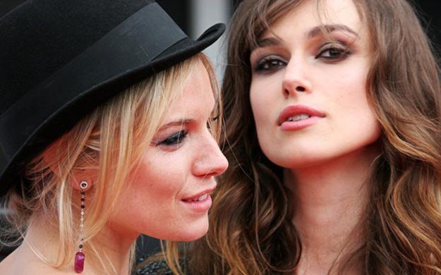 Sienna Miller i Keira Knightley pozują do wspólnego zdjęcia /AFP