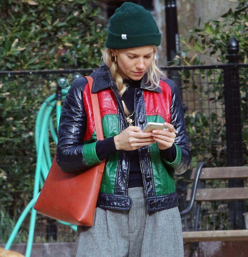 Sienna Miller lubi kolorowe nakrycia głowy /East News