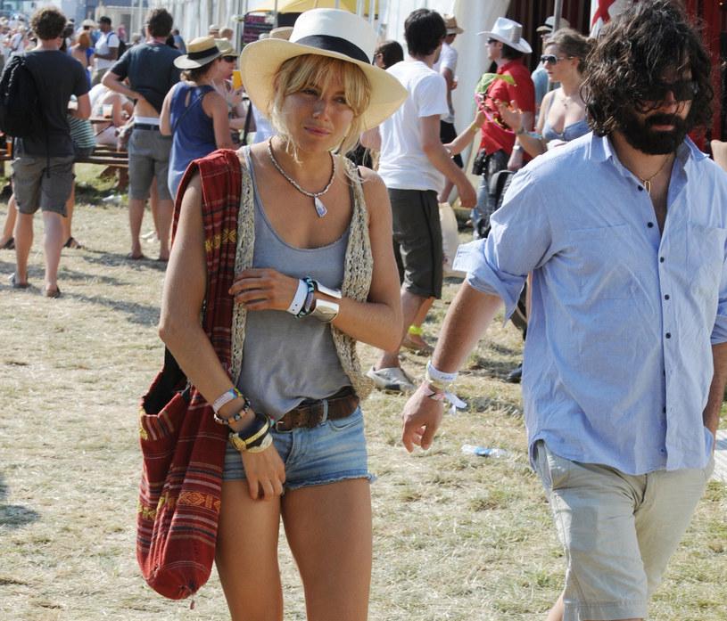 Sienna Miller uwielbia kamizelki - nosi je na co dzień i na wielkie wyjścia /Marc Larkin/LFI./EAST NEWS /East News