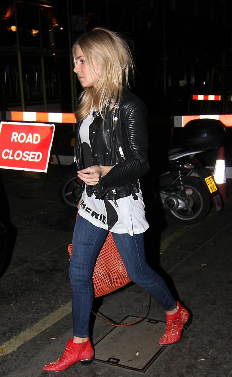 Sienna Miller w krótkich, czerwonych kowbojkach /AFN / Splash News/EAST NEWS /East News
