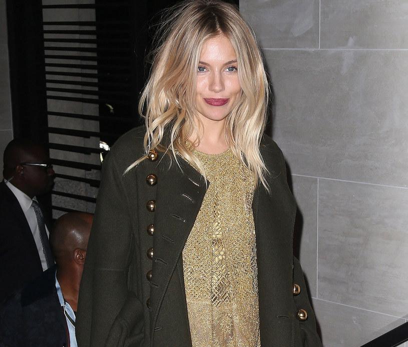 Sienna Miller w najmodniejszym płaszczu jesieni /East News