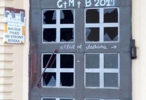 Sieradz: Zdewastowano drzwi kościoła. Policja poszukuje sprawcy