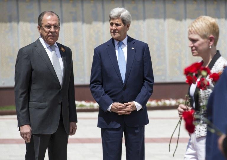 Siergiej Ławrow i John Kerry /AFP