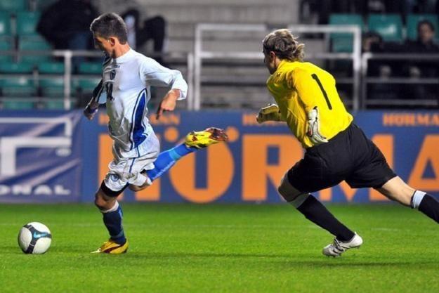 Siergiej Pareiko (z prawej) w meczu Estonii z Bośnią. /AFP