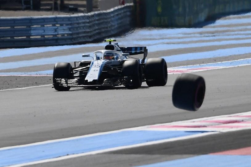 Siergiej Sirotkin w bolidzie Williamsa, a obok koło zgubione przez Sergia Pereza /AFP