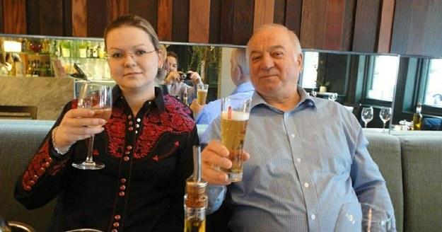 Siergiej Skripal i jego córka Julia na zdjęciu zrobionym w restauracji, którą odwiedzili, zanim znaleziono ich nieprzytomnych na ławce przed centrum handlowym w Salisbury /RUSSIAN LOOK /PAP