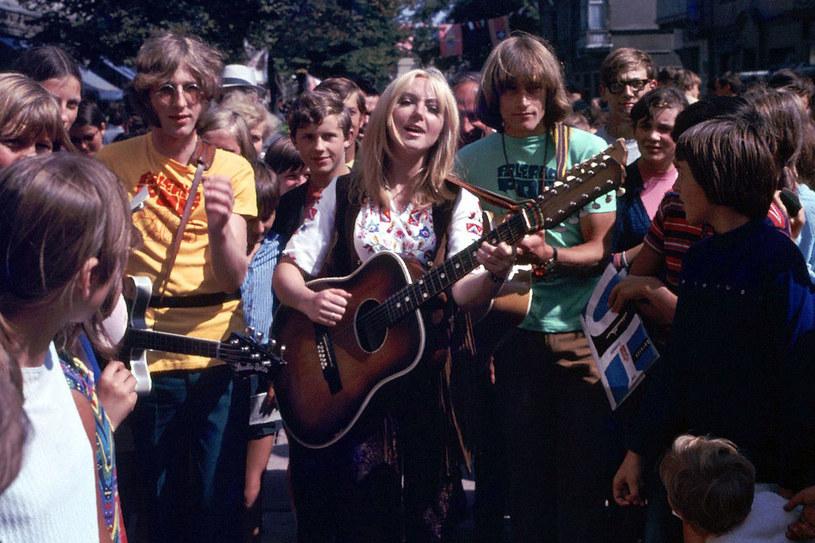 Sierpień 1970 Sopot Festiwal Piosenki. Maryla Rodowicz w tłumie fanów na deptaku Monte Casino /Michalski/REPORTER /East News