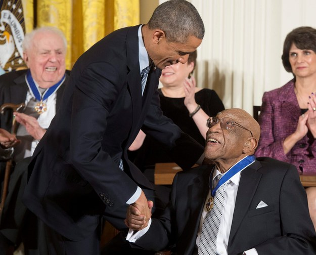 Sifford na spotkaniu z prezydentem USA Barackiem Obamą /PAP/EPA/Michael Reynolds /PAP/EPA