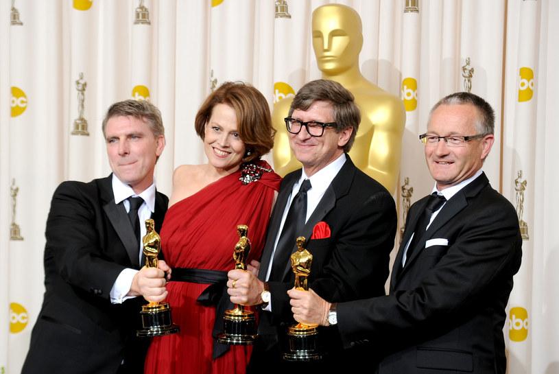 """Sigourney Weaver z twórcami scenografii do """"Avatara"""". Aktorka, jako jedyna, nie trzyma Oscara /Jason Merritt /Getty Images"""