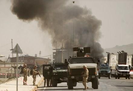 Silna eksplozja miała miejsce przed bramą bazy /AFP