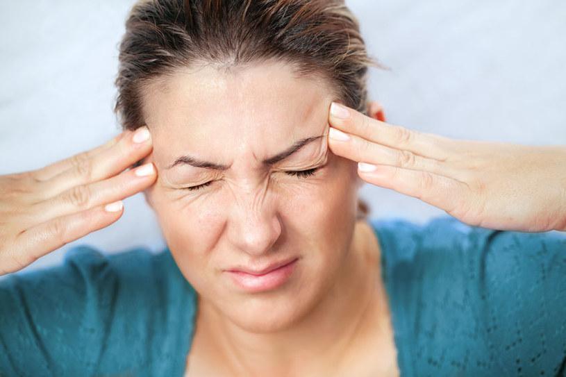 Silne bóle głowy /©123RF/PICSEL