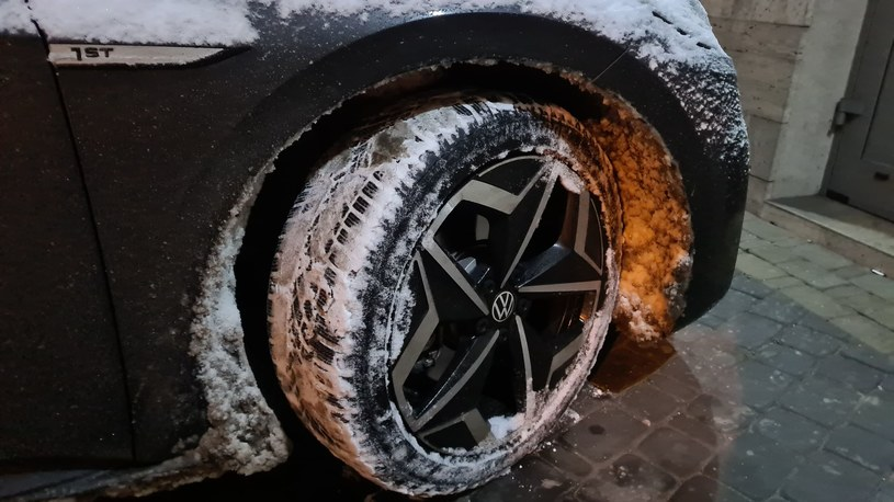 Silne kopanie w śnieg może uszkodzć nadkole i sam błotnik! /INTERIA.PL