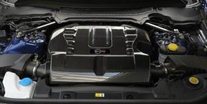Silnik jest właściwie taki sam, jak w Jaguarze F-Type R. Ma pojemność 5 l i z pomocą kompresora wytwarza aż 550 KM. Efektowna pokrywa z karbonu kosztuje 10 370 zł. /Motor
