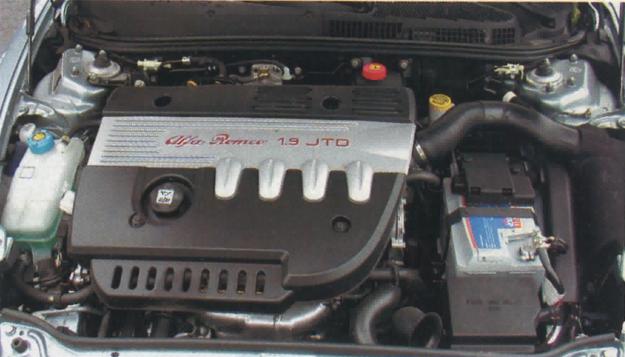 Silnik JTD przykryty został osłoną wygłuszającą, więc nie widać wokół niego całego osprzętu. Choć po odgłosach nietrudno zgadnąć, że to diesel, nie jest nadmiernie głośny. /Motor
