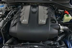 Silnik należy do gruntownie zmodernizowanej rodziny jednostek 3.0 TDI. W wariancie o mocy 262 KM gwarantuje bardzo przyzwoite osiągi i, co ważne, łączy je ze stosunkowo niskim zużyciem paliwa – ok. 10 l/100 km. Jego dużą zaletą jest też cicha praca. /Motor