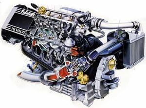 Silnik pochylony jest na prawą stronę pojazdu. Ma on 2 wałki rozrządcze w głowicy, z hydrauliczną regulacją luzów zaworowych. Po prawej stronie zdjęcia widoczna chłodnica powietrza tłoczonego do cylindrów. /Saab