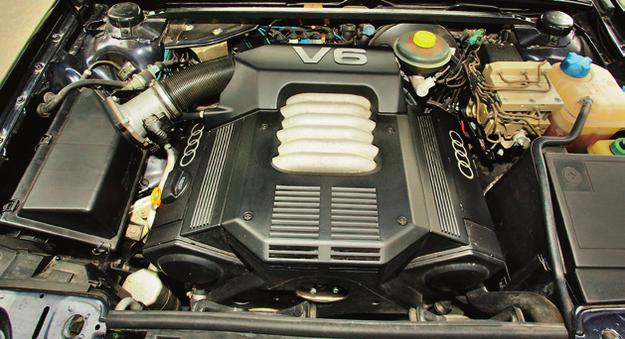 Silnik V6 szczelnie wypełnia komorę, trzeba bardzo dbać o sprawność wentylatora chłodnicy. /Motor