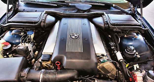 Silnik V8 w BMW 540i występuje w dwóch wersjach: M62B44 (1996-1998) oraz M62B44TU (1998-2004). Nowsza jednostka ma podwójny Vanos. /Motor