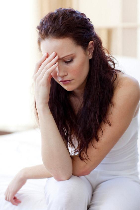 Silny i pulsujący ból migrenowy, występuje zazwyczaj po jednej stronie głowy, w okolicy oka lub skroni /© Panthermedia