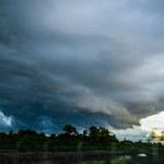 Silny wiatr i burze z gradem. RCB wydał ostrzeżenia dla 14 województw