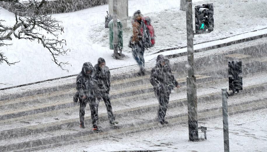 Silny wiatr i śnieg w Szczecinie /Marcin Bielecki /PAP