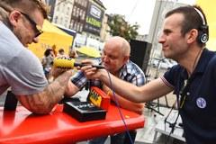 Siłowanie się na rękę z Popkiem w Katowicach. Zobacz jak szło naszym słuchaczom