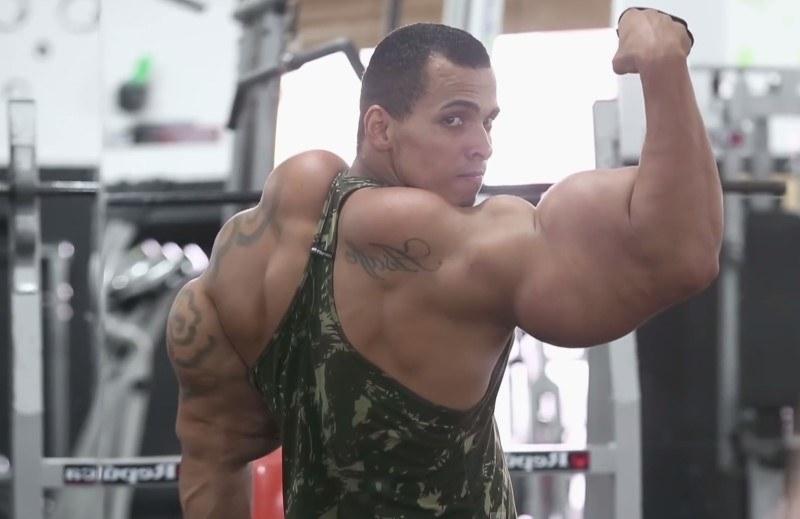 Siłownia i zastrzyki - Romario żył jak opętany. Chciał, by jego mięśnie wciąż rosły /Barcroft Media /materiały prasowe