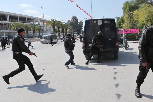 Siły bezpieczeństwa przygotowują się do wejścia do muzeum /MOHAMED MESSARA /PAP/EPA