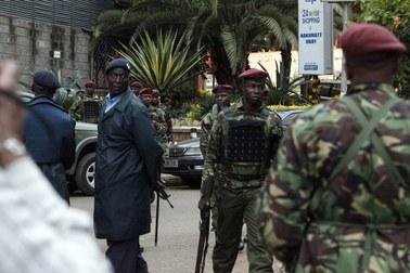 Siły izraelskie przed centrum handlowym w Nairobi