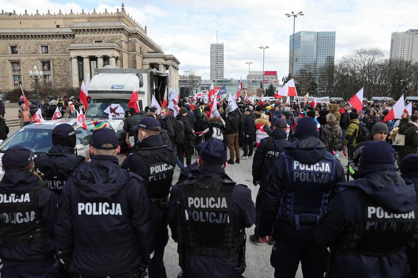 Siły policji podczas sobotniego protestu w stolicy /Rafal Gaglewski/REPORTER  /Reporter
