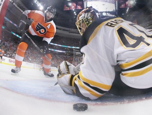 Simon Gagne strzela zwycięskiego gola dla Flyers w meczu z Bruins /AFP