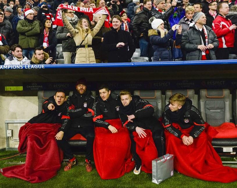 Sinan Kurt i Mitchell Weiser (od prawej) na ławce rezerwowych Bayernu /AFP