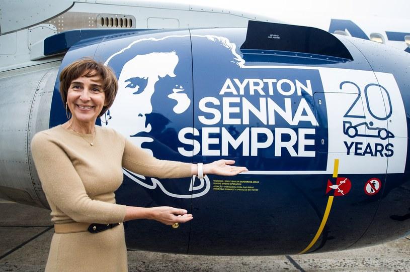 Siostra Ayrtona Senny - Viviane na tle samolotu z wizerunkiem brata /AFP