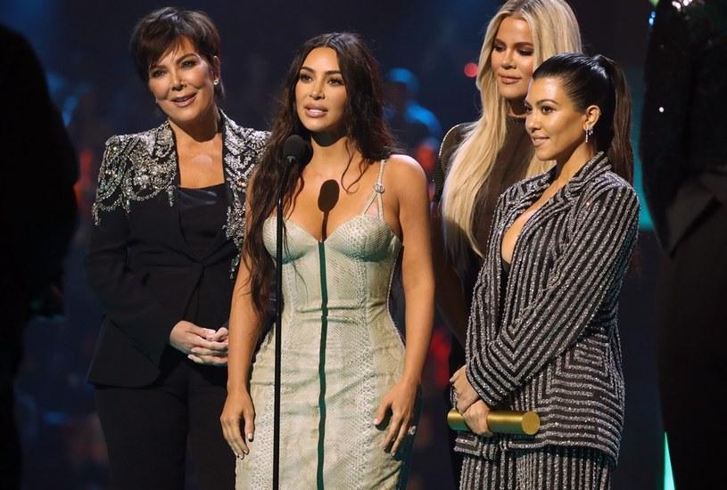 Siostry Kardashian od lat tworzą swoją markę na światowym rynku. Kourtney właśnie wyłamuje się z tego idealnego obrazka rodziny Kardashian / Christopher Polk/E! Entertainment / Contributor /Getty Images