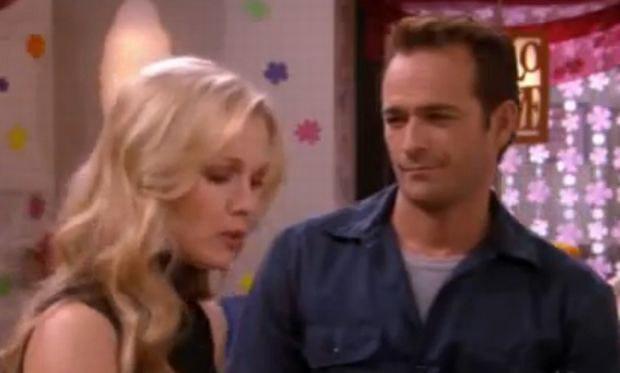 """""""Siostrzyczki"""": Todd (Perry) był szkolną miłością Valerie (Garth). Po latach jako hydraulik wrócił, by naprawić jej rury. Po upojnym wieczorze Valerie budzi się jako... mężatka. Na szczęście, to tylko sen. /materiały prasowe"""