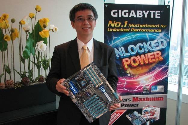 Sir Henry Kao z Gigabyte, specjalnie dla INTERIA.PL, pokazuje najnowszą płytę tajwańskiej firmy /INTERIA.PL