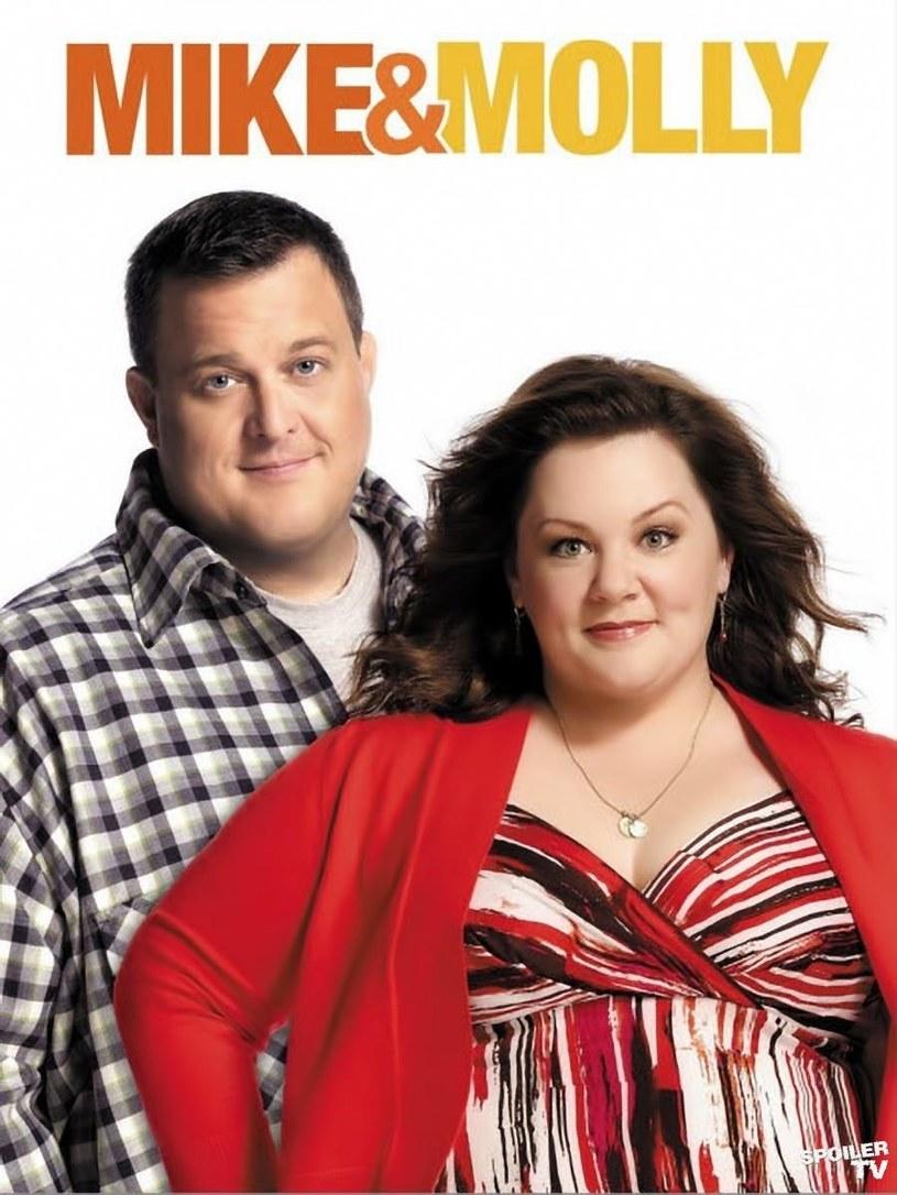 """Sitcom """"Mike i Molly"""" opowiadający o losach dwójki samotnych grubasów, którzy spotykali się na mityngach dla anonimowych żarłoków bije w Stanach rekordy popularności. /materiały prasowe"""