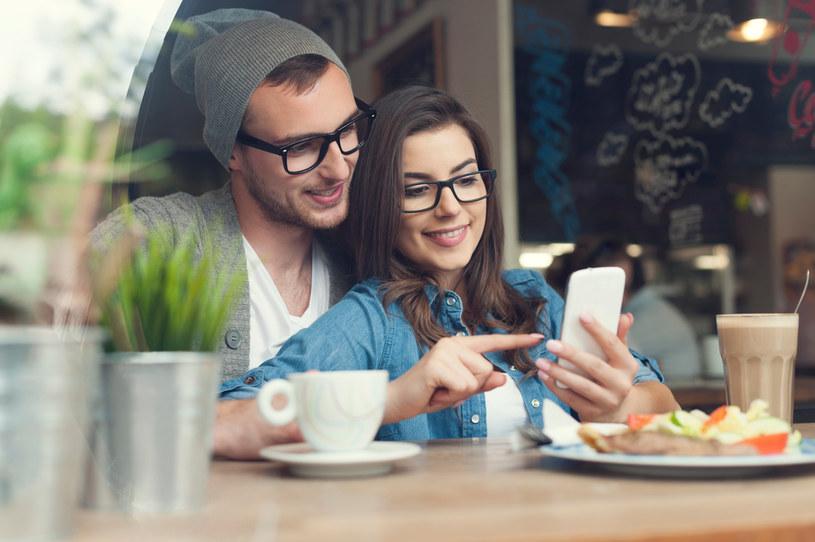 """""""Situationship"""" jest czymś więcej niż relacją friends with benefits, ale czymś mniej, niż związek /123RF/PICSEL"""