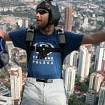 Skaczą z dachu w Malezji