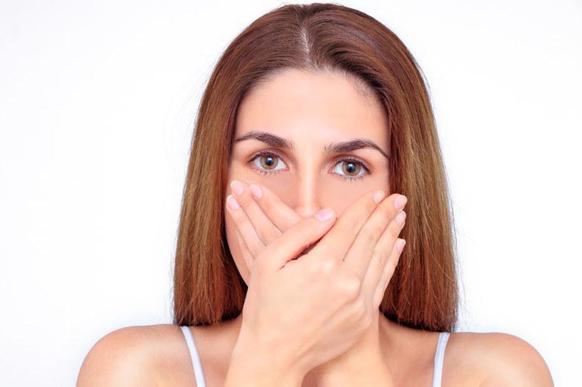 Skąd bierze się brzydki zapach z ust? /©123RF/PICSEL