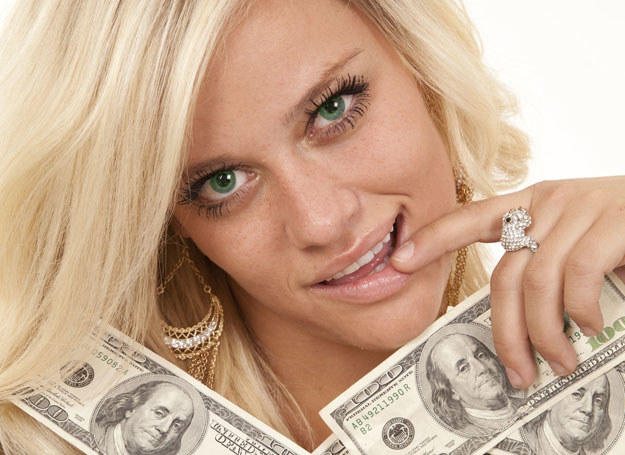 Skąd miała tyle pieniędzy? /123RF/PICSEL