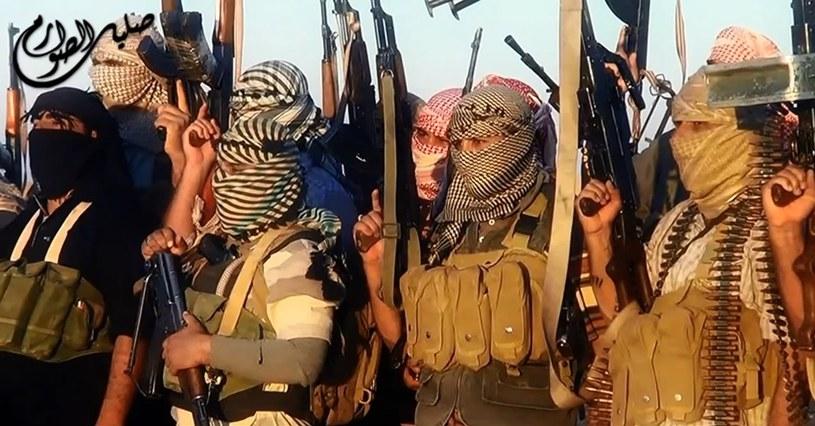 Skąd Państwo Islamskie ma broń? Raport Amnesty International /AFP
