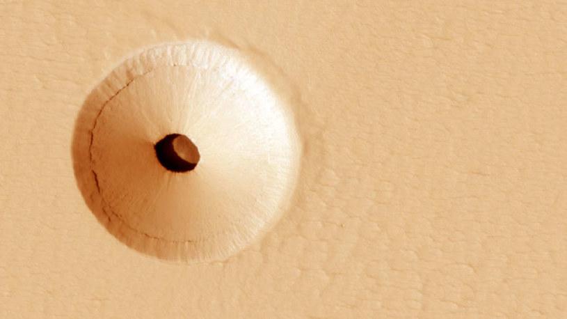 Skąd się wziął ten otwór w powierzchni Marsa? /NASA