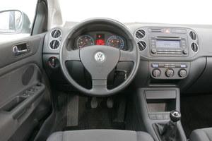 Skądś to już znamy. Identyczne wnętrze ma wszak miejski SUV Tiguan (debiut w 2007 r.). Kierownica wielofunkcyjna to rzadkość. W 2008 r. zmieniono wygląd konsoli środkowej. /Motor