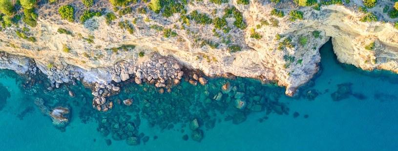 Skaliste nabrzeże zachwycająco kontrastuje z lazurową wodą /materiały prasowe