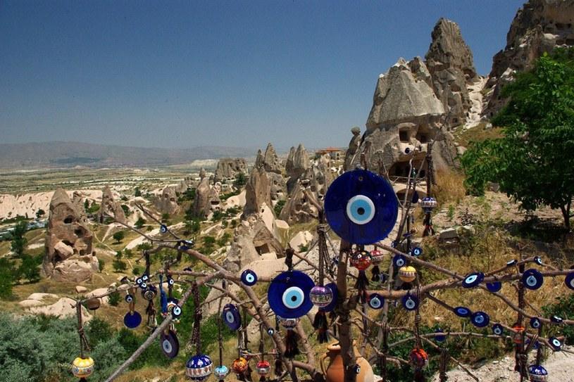"""Skalne Miasto w Kapadocji. Na pierwszym planie Oko Proroka - zatrzymujące """"złe spojrzenie"""" to najpopularniejsza pamiątka, jaką przywozi się z podróży /fot. Marek Miś /East News"""