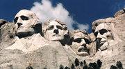 Skalny monument z głowami prezydentów