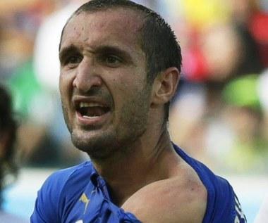 Skandal na MŚ 2014: Luis Suarez ugryzł Giorgia Chielliniego