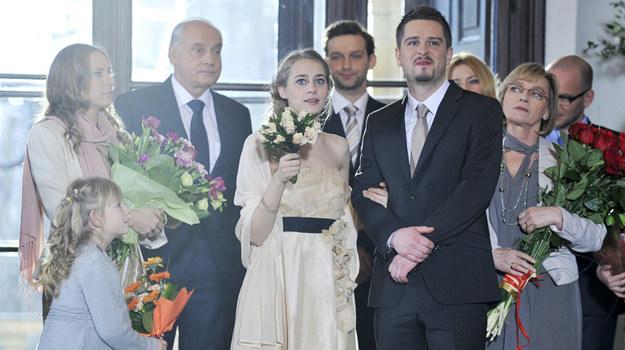 Skandal podczas ślubu! Gdy Julia i Maciek składali przysięgę małżeńską, do Urzędu Stanu Cywilnego wkroczył Darek i zaczął wymachiwać zdjęciami pana młodego w objęciach Kamila...